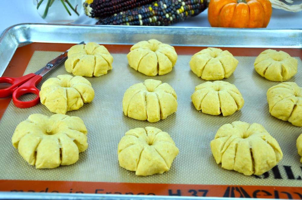 Pumpkin Dinner Rolls (2/4)